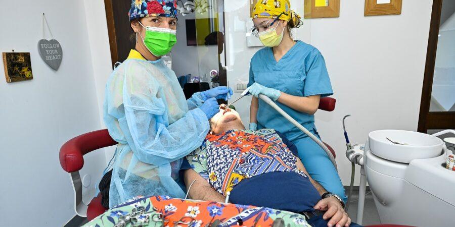 Implantul dentar îți redă zâmbetul și încrederea în tine